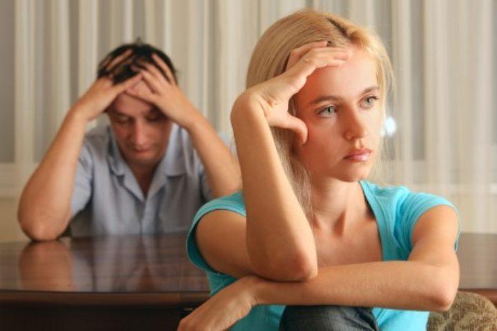 Mann og kvinne ser bort fra hverandre etter en krangel
