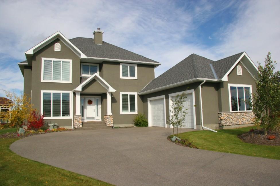 grått hus med oppkjørsel foran