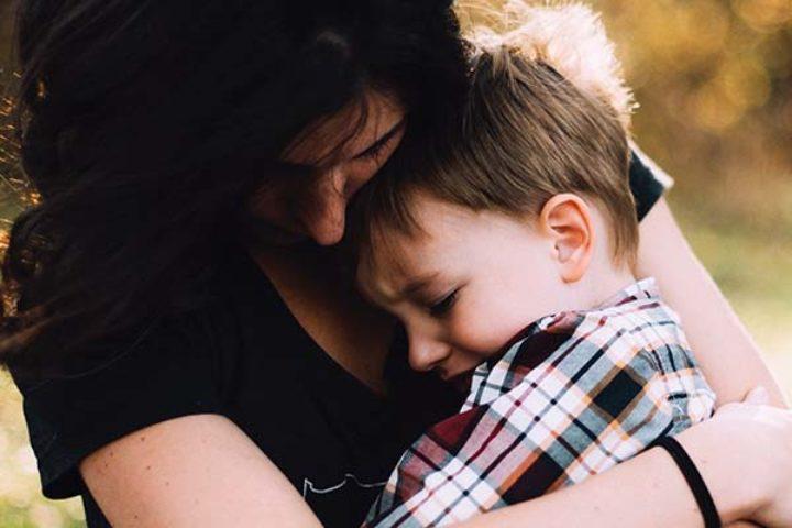 Mor og barn klemmer