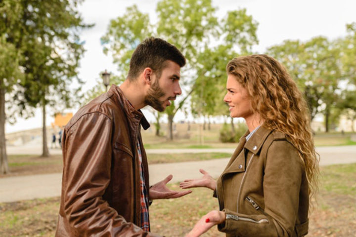 mann og kvinne krangler