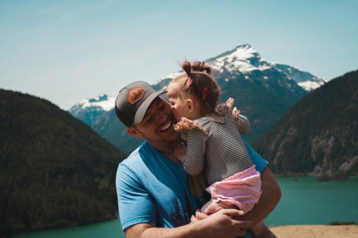 Far og datter omfavner hverandre