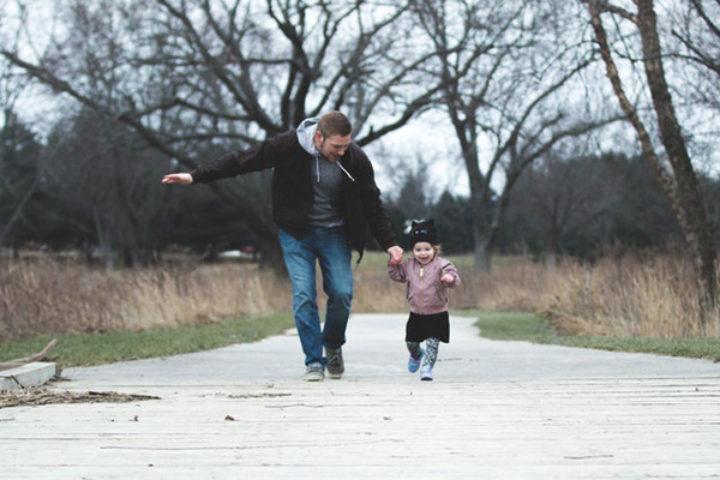 Far og datter leker ute