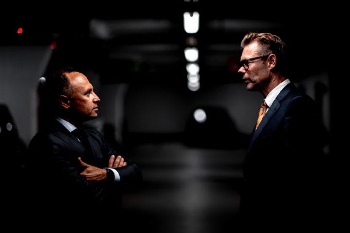 To menn i dress snakker sammen