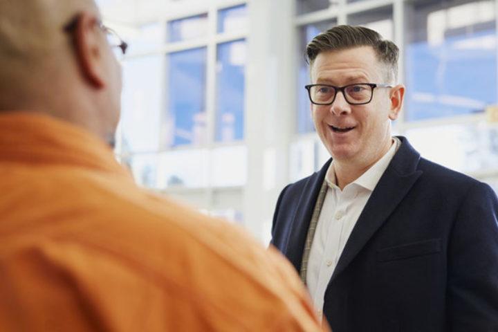 Fotografi av to menn som snakker sammen